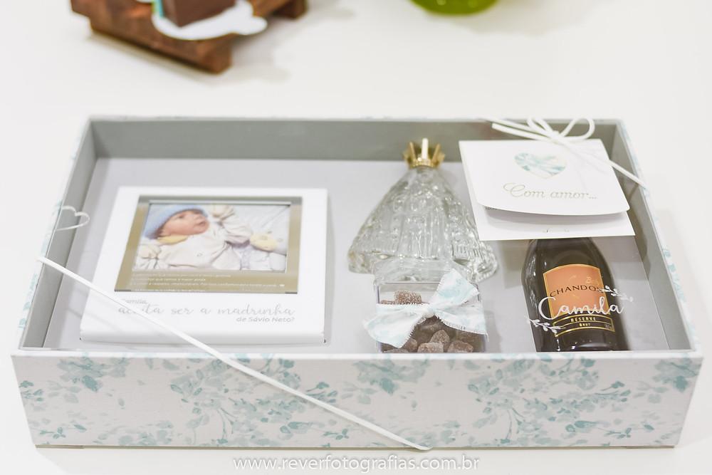 Caixa com tampa de acrílico com convite para Madrinha de Batismo contendo Fotografia, Água Benta, Doces e Espumante