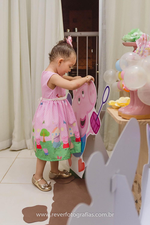 fotografia de menina em festa infantil brincando com peppa pig