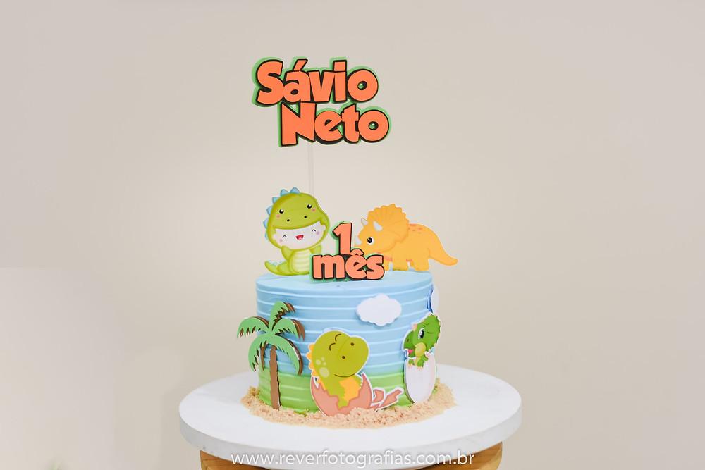 fotografia de bolo decorado com tema dino