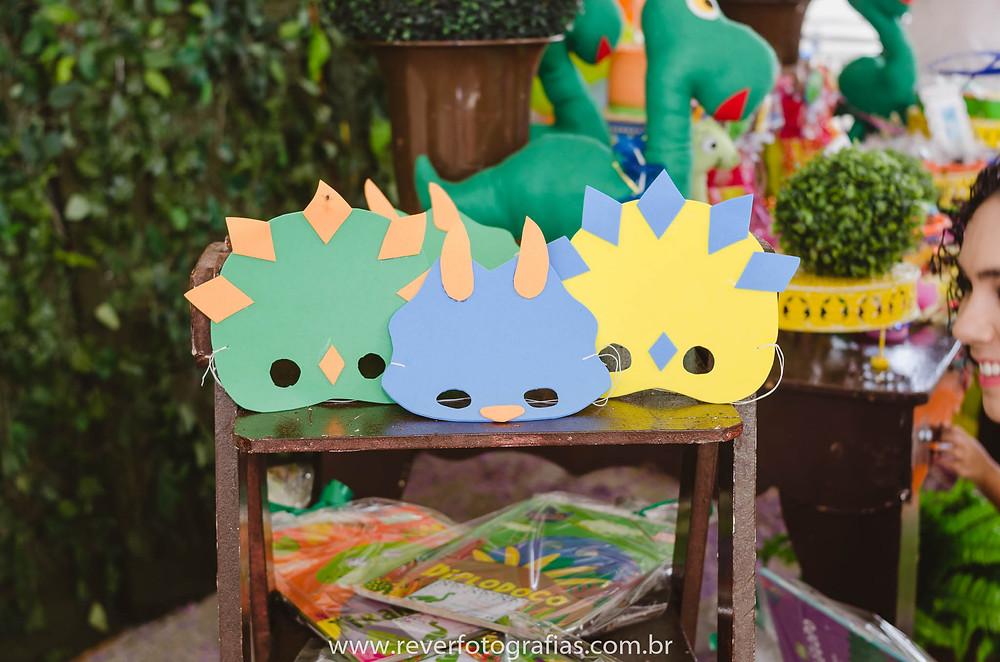 fotografia de máscaras de festa infantil com tema dino