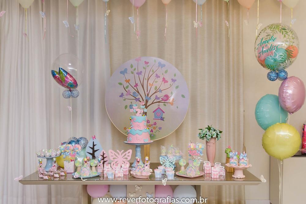fotografia de mesa de festa infantil decorada com tema borboletas