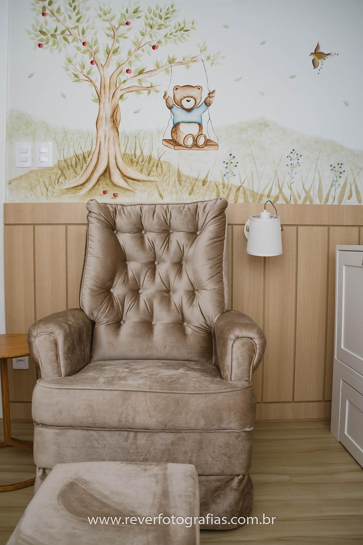 decoração de quarto de bebe com pintura de ursinho e poltrona de amamentação marrom