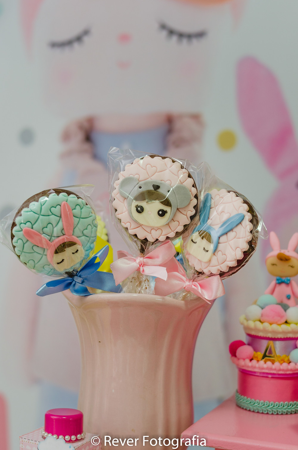 fotografias de pirulito de festa infantil decorado com tema da boneca me too