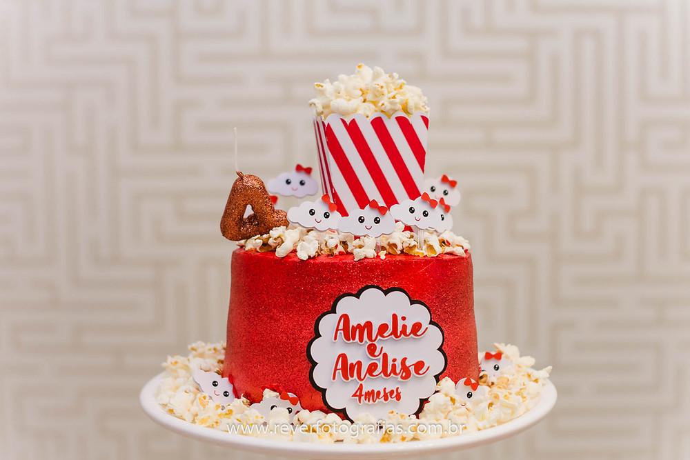 fotografia de bolo decorado de festa infantil com tema de pipoca