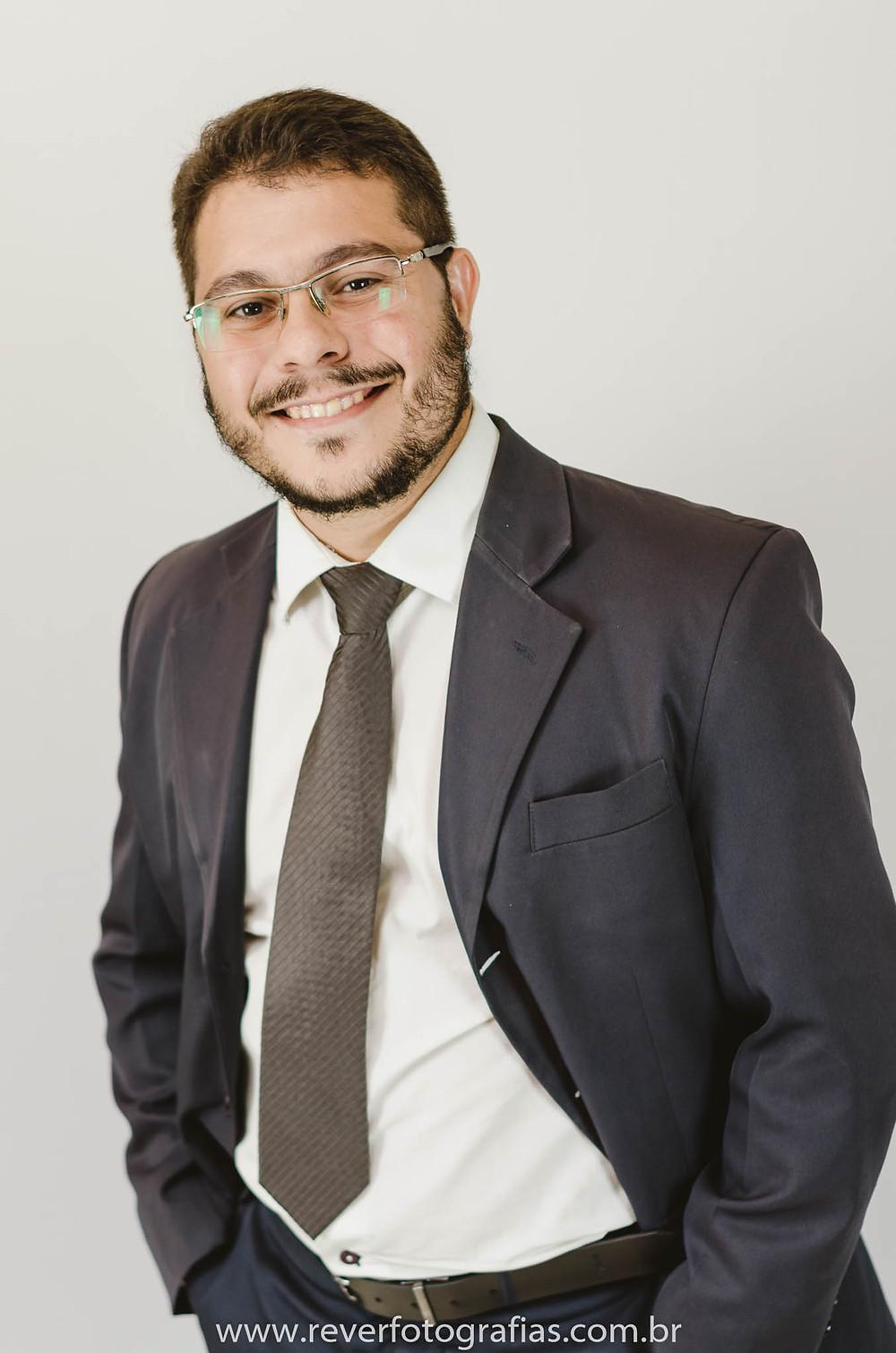 Rever fotografia profissional advogado homem de terno em sessão fotográfica em aracaju