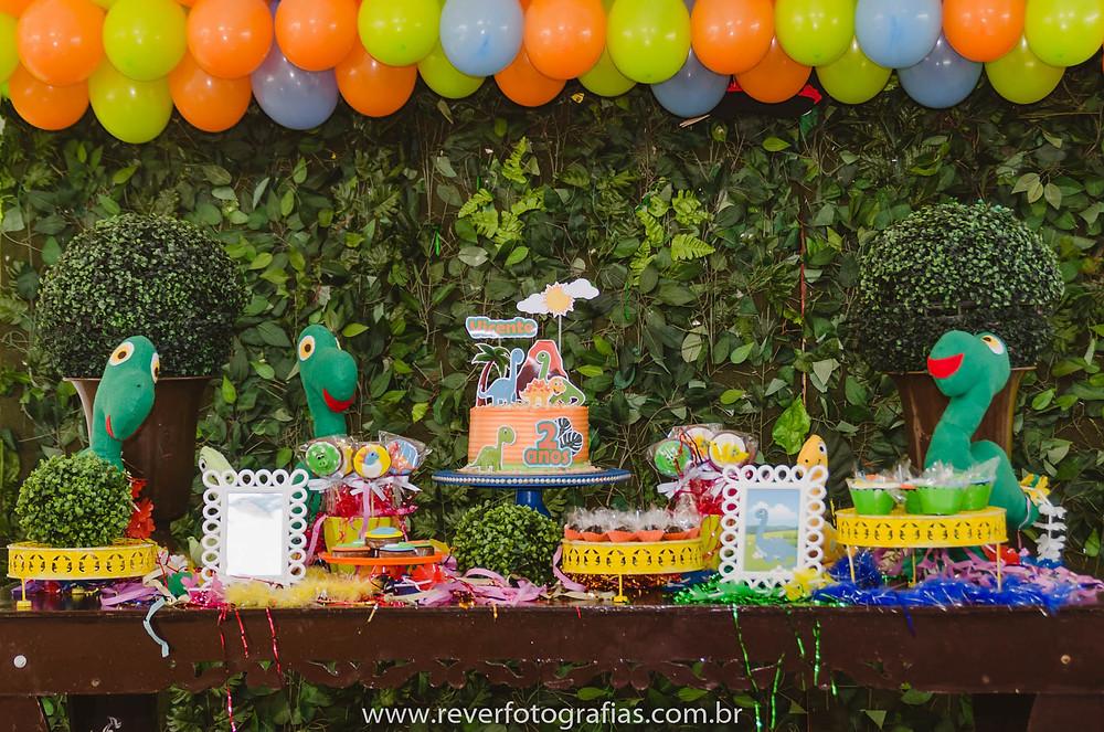 fotografia de mesa de festa de aniversário decorada com tema Dino