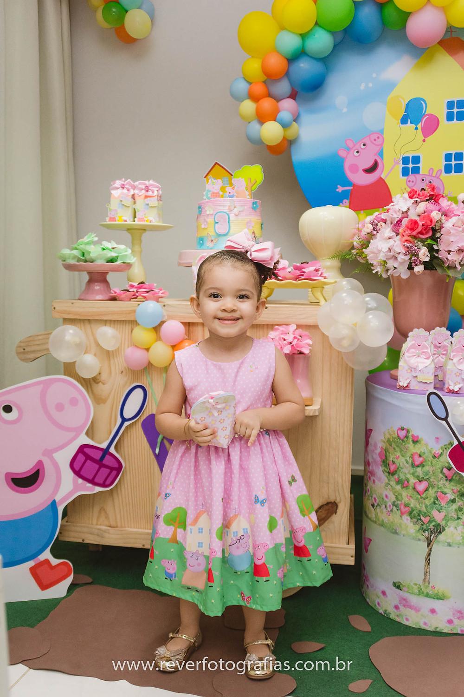 fotografia de festa infantil: menina em frete a mesa decorada com tema da peppa pig