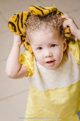 rever fotografias: foto de criança colocando tiara de tigre em sua festa de aniversário infantil de 2 anos com tema da boneca metoo realizada no salao de festas do condominio no bairro jardins na cidade de aracaju sergipe