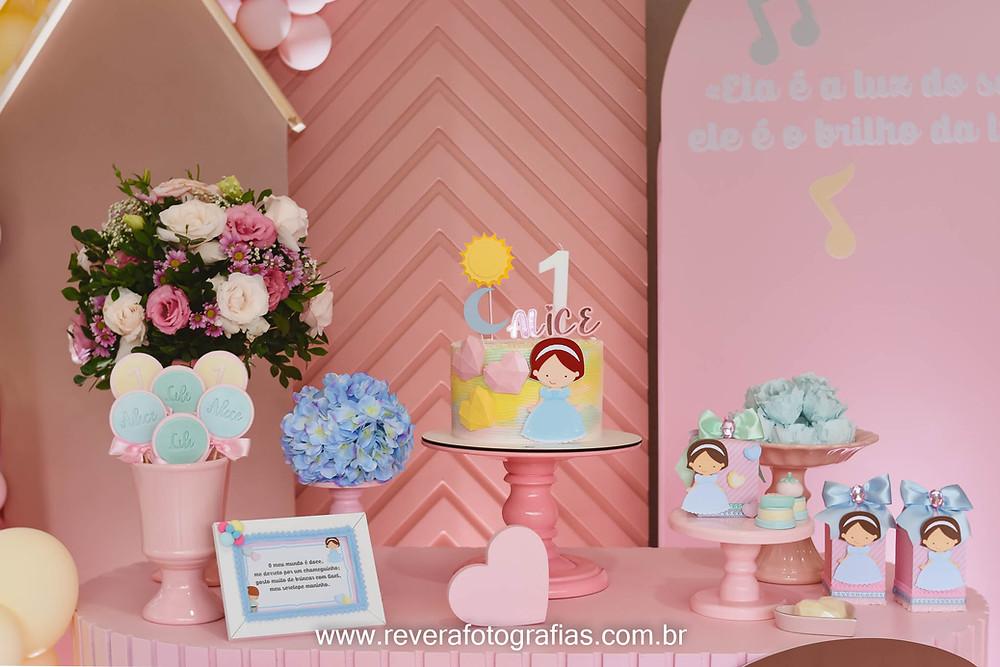 fotografia de mesa de aniversário infantil de 1 ano com bolo e personalizados