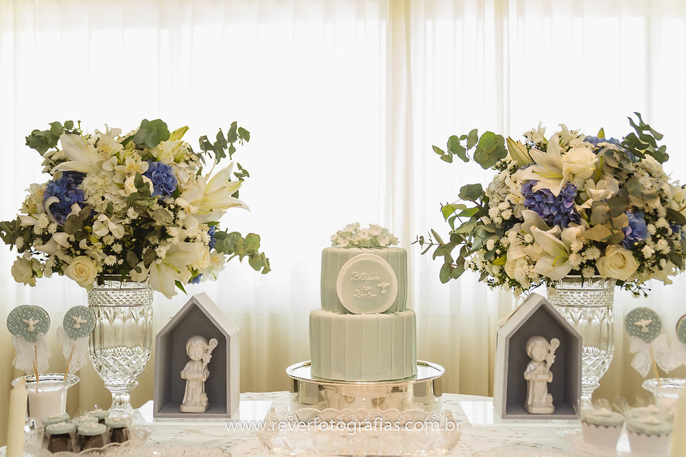 fotografia de mesa decorada para batizado com anjos