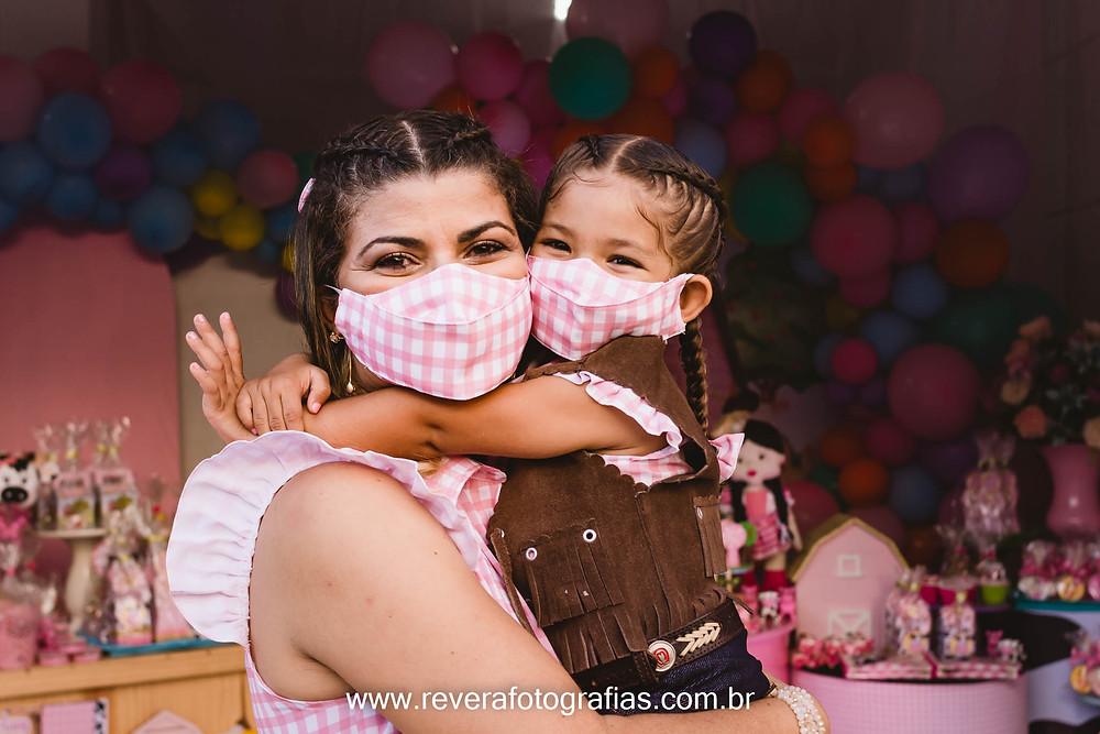 mãe e filha abraçadas em festa infantil com tema fazendinha