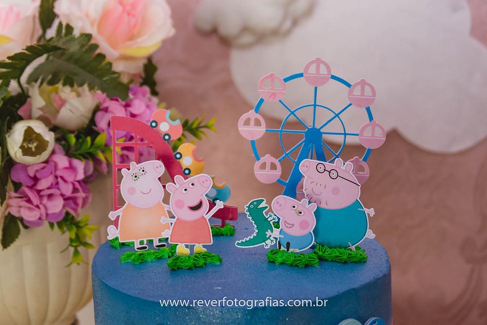 fotografia de topo de bolo de aniversário infantil com tema da peppa pig