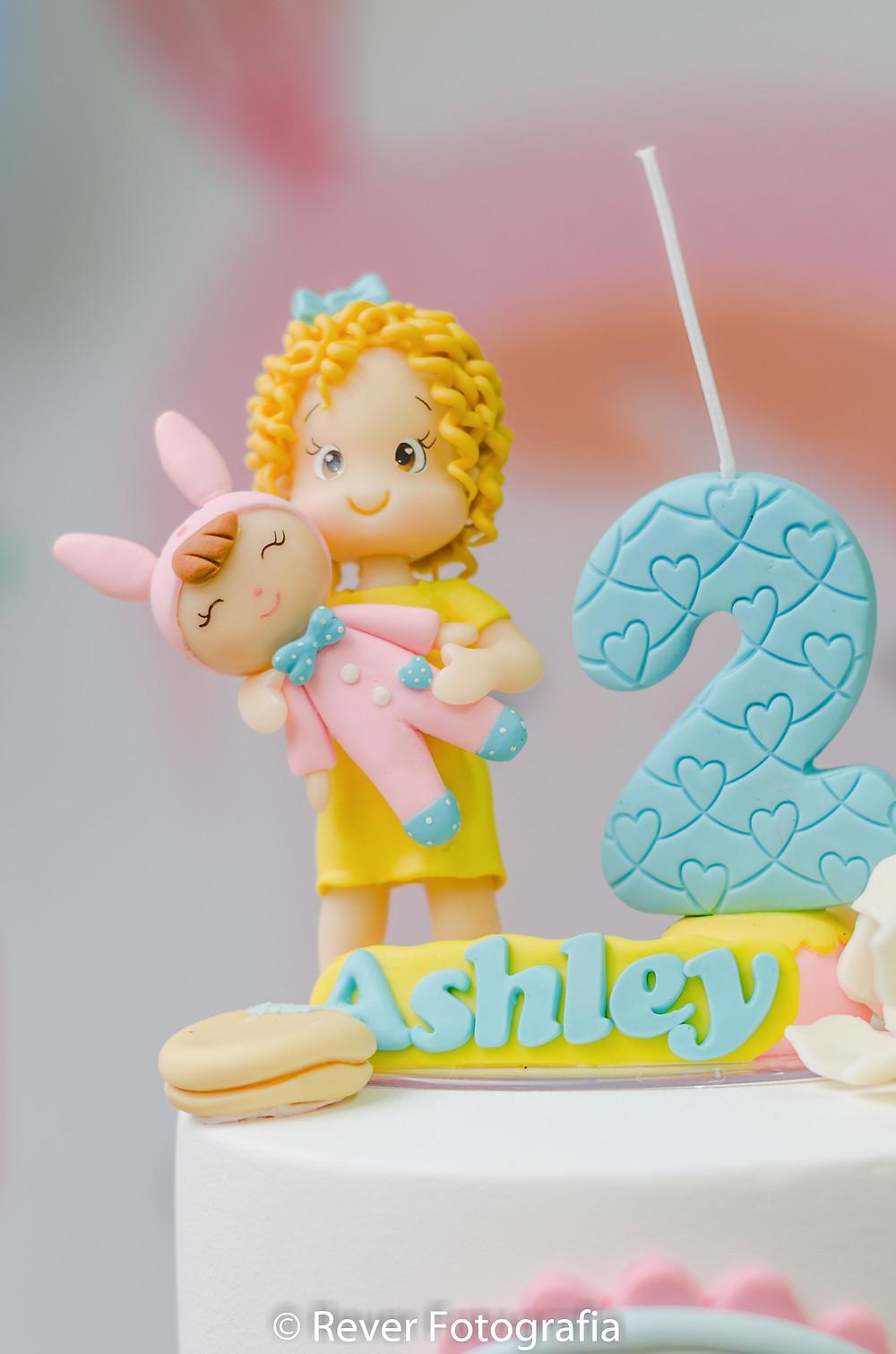 fotografia de vela de aniversário decorada com boneca me too