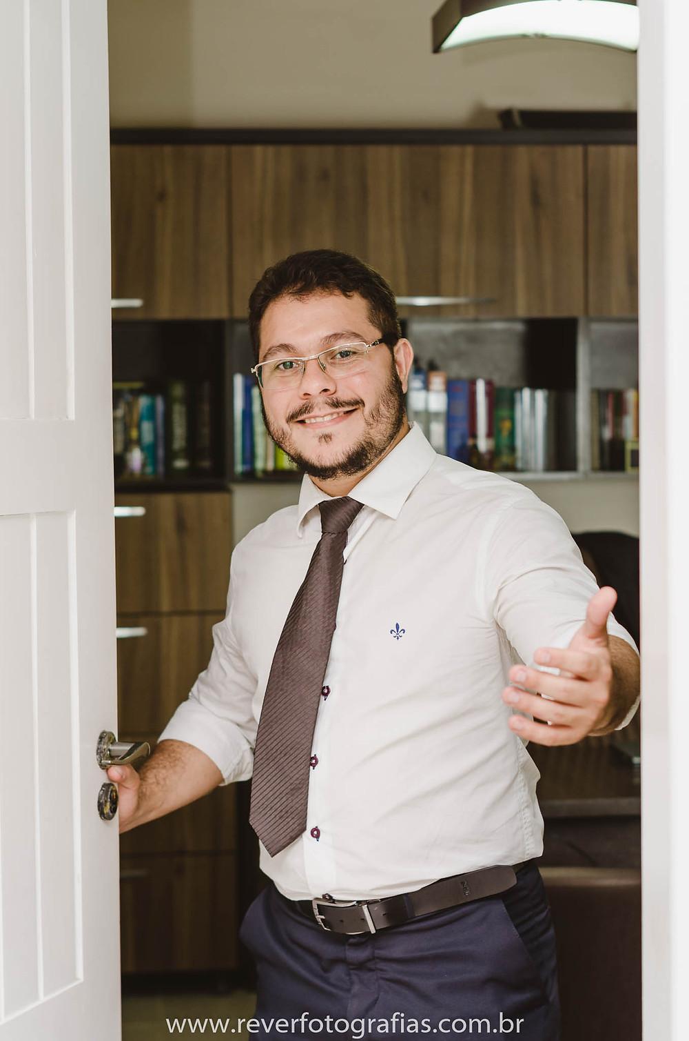 rever fotografias: fotografia de imagem profissional abrindo a porta e sorrindo no escritório