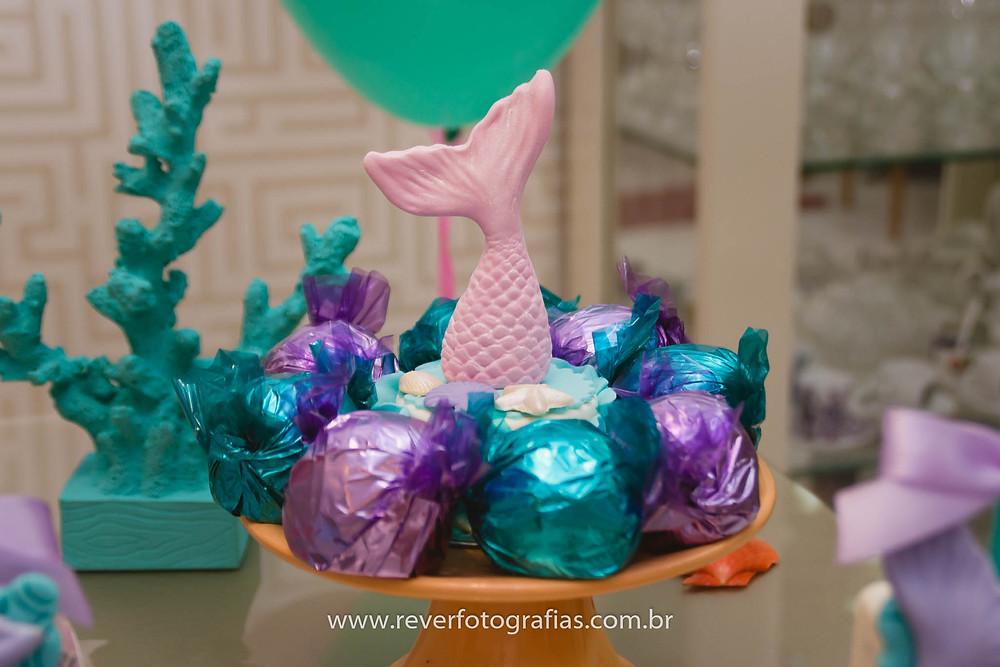 fotografia de decoração de festa infantil com tema de sereia