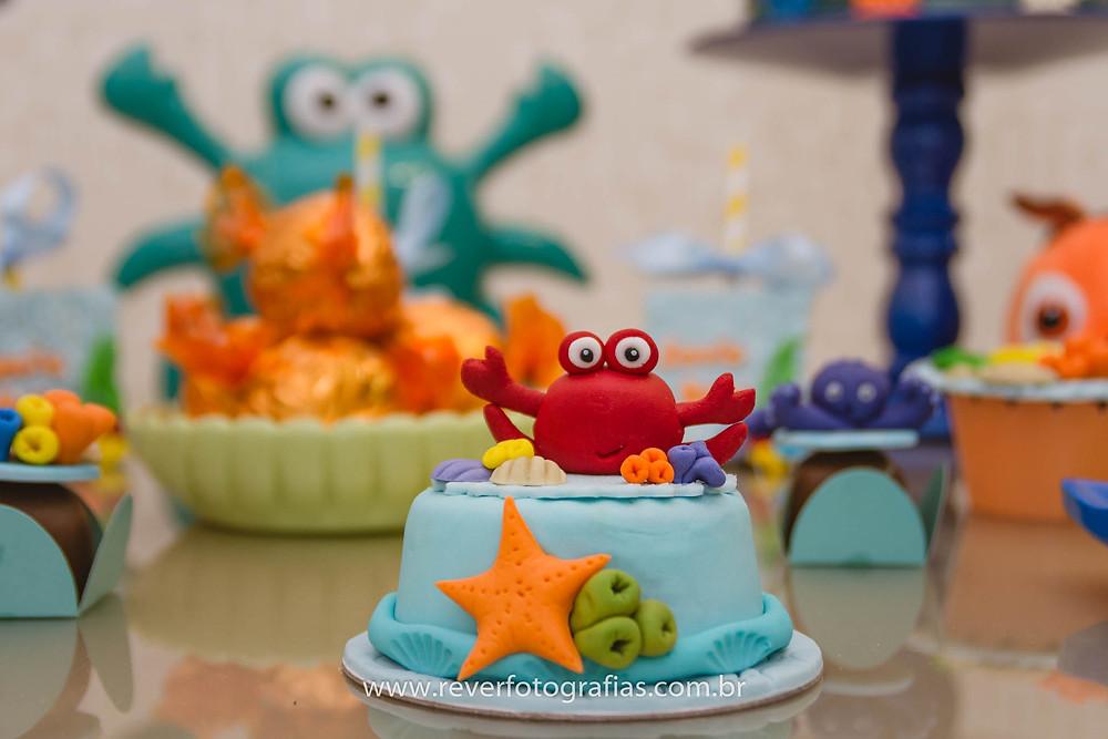 fotografia de mini bolo decorado em pasta americana com tema fundo do mar