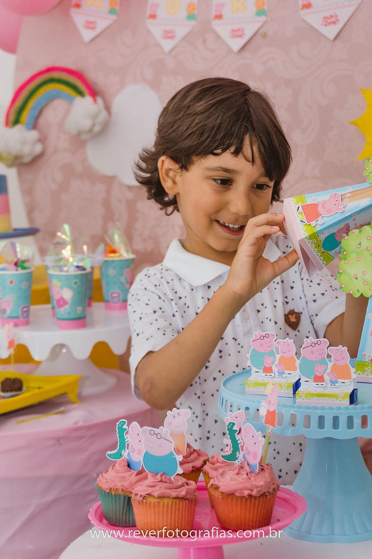 fotografia de crianca abrindo caixa de doces em festa infantil