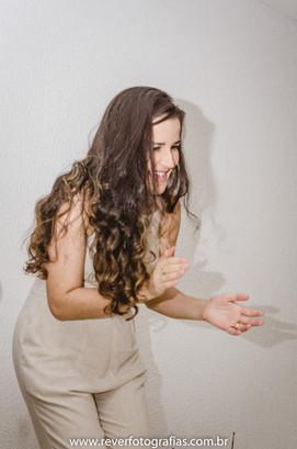 rever fotografias: foto espontanea de mãe sorrindo e batendo palmas  em festa de aniversário infantil de 2 anos com tema da boneca metoo realizada no salao de festas do condominio no bairro jardins na cidade de aracaju sergipe