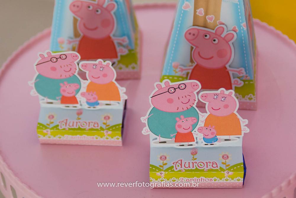 fotografia de artigos de festa infantil personalizados com tema da peppa pig