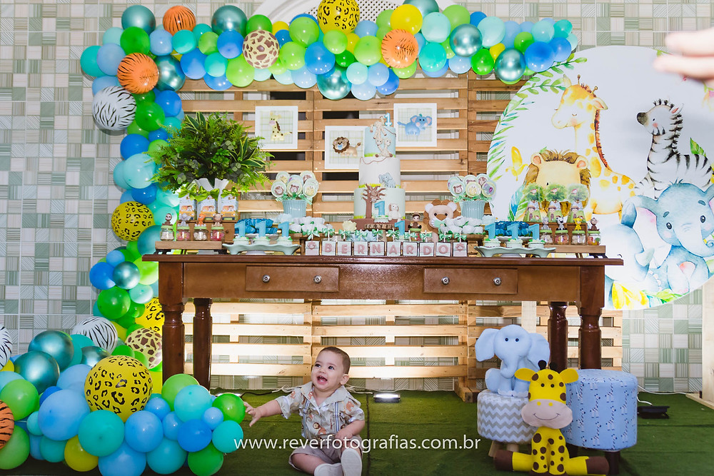 fotografia de decoração de festa infantil com tema safari