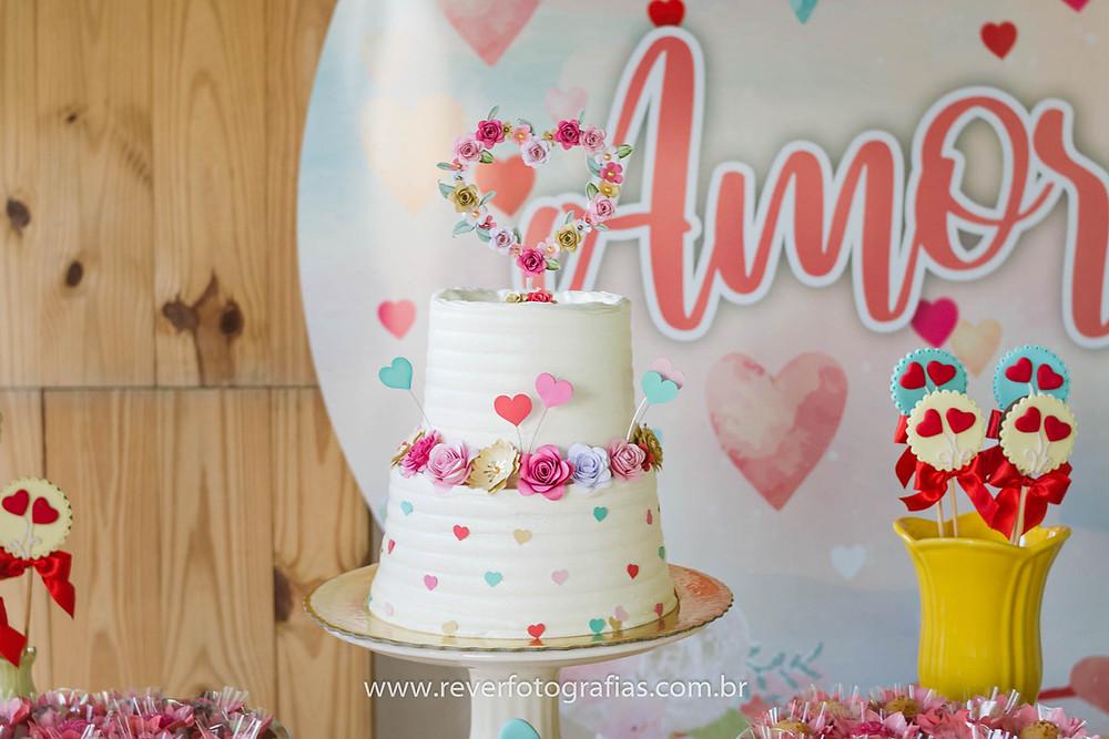 fotografia de bolo decorado com flores e coração