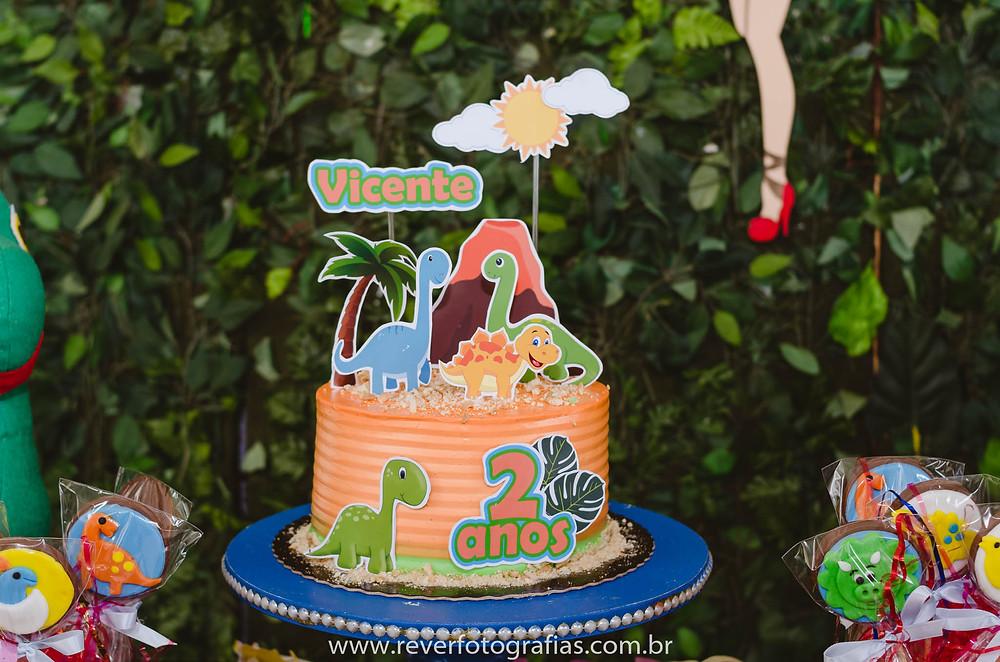 fotografia de bolo de aniversário decorado com tema dinossauro