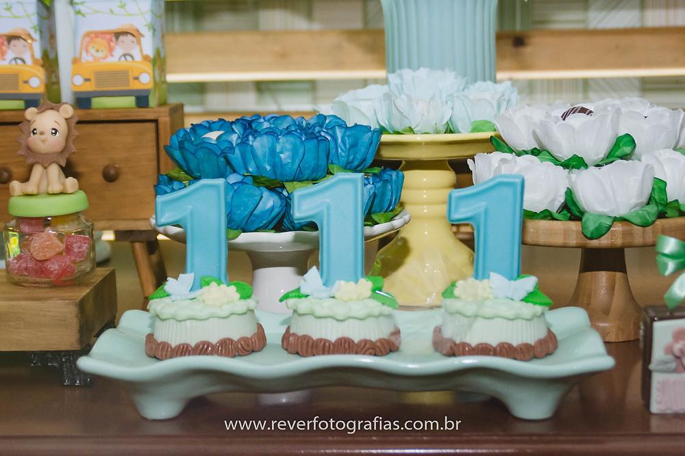 fotografia de doces de festa infantil  decorados com o número um