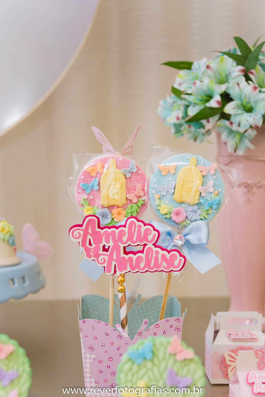 fotografia de decoração de mesa de aniversario com pirulitos