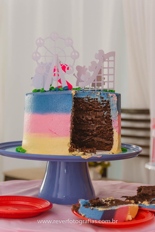 Fotografia de bolo de festa infantil colorido