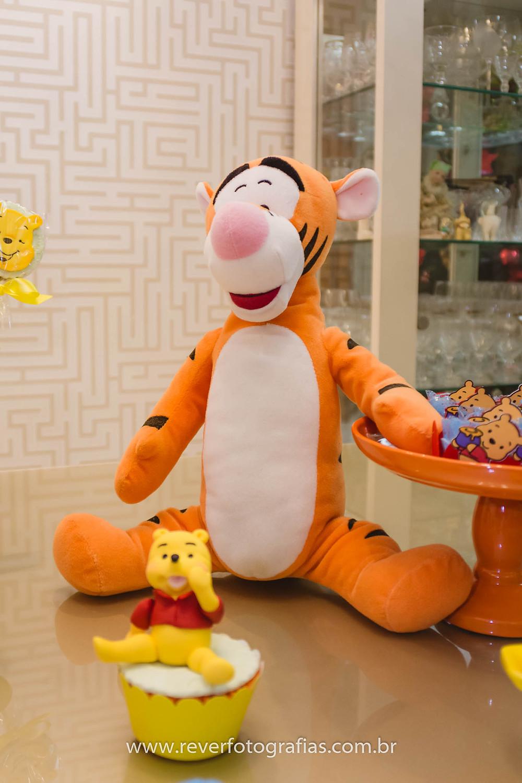 fotografia de pelúcia do tigrão em cima da mesa da festa