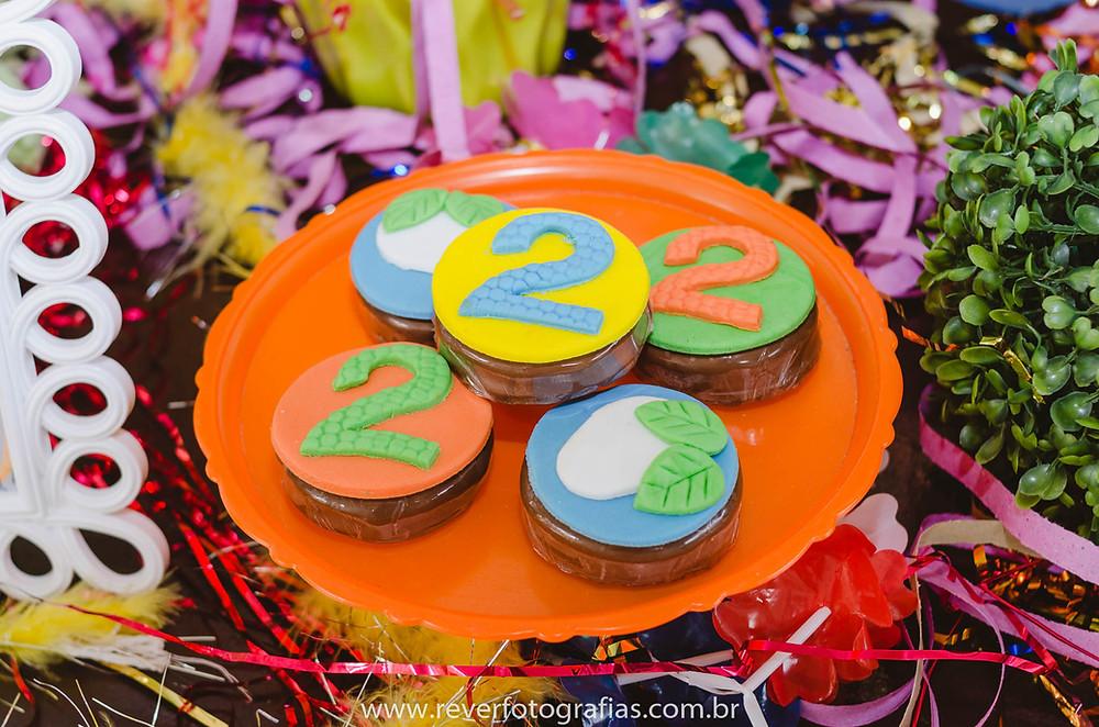 fotografia de doces de aniversário infantil decorados com número 2