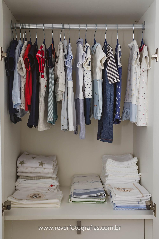 fotografia de roupinhas de bebe dentro do guarda roupas