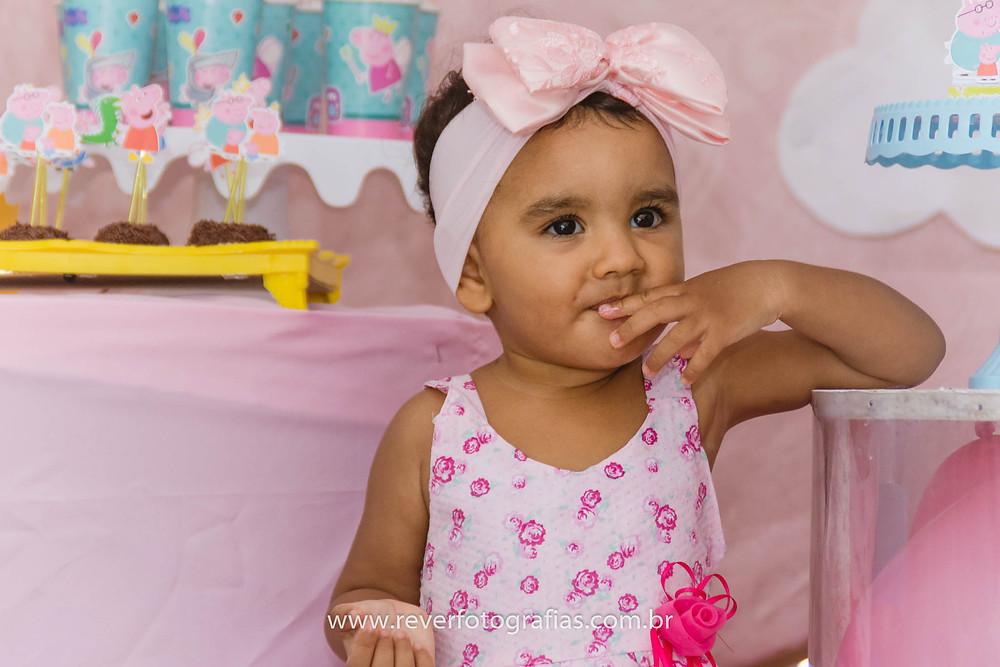 fotografia de criança colocando doce na boca em festa infantil