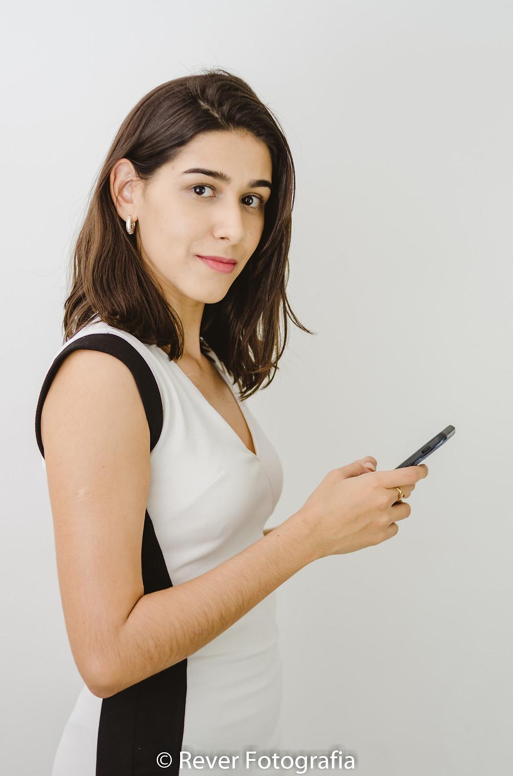 Sessão de Fotos para gerenciamento de imagem profissional corporativa mulher segura celular nas mãos