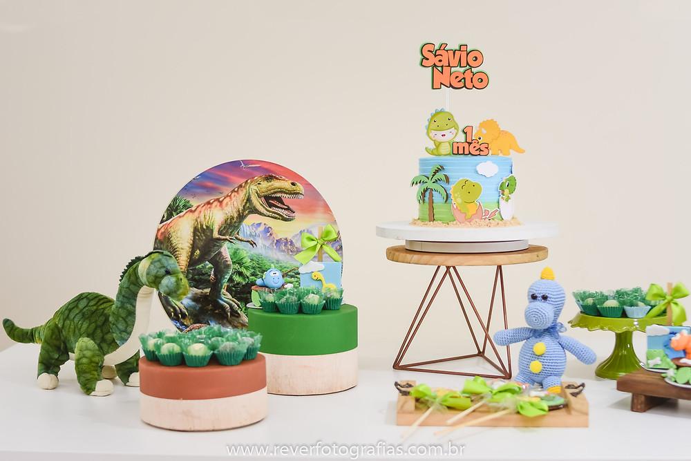 fotografia de mesa de mesversario decorada com tema dinossauros