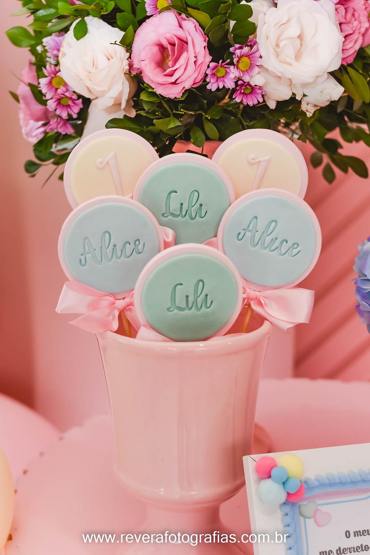 fotografia de pirulitos personalizados na cor pastel azul rosa e amarelo
