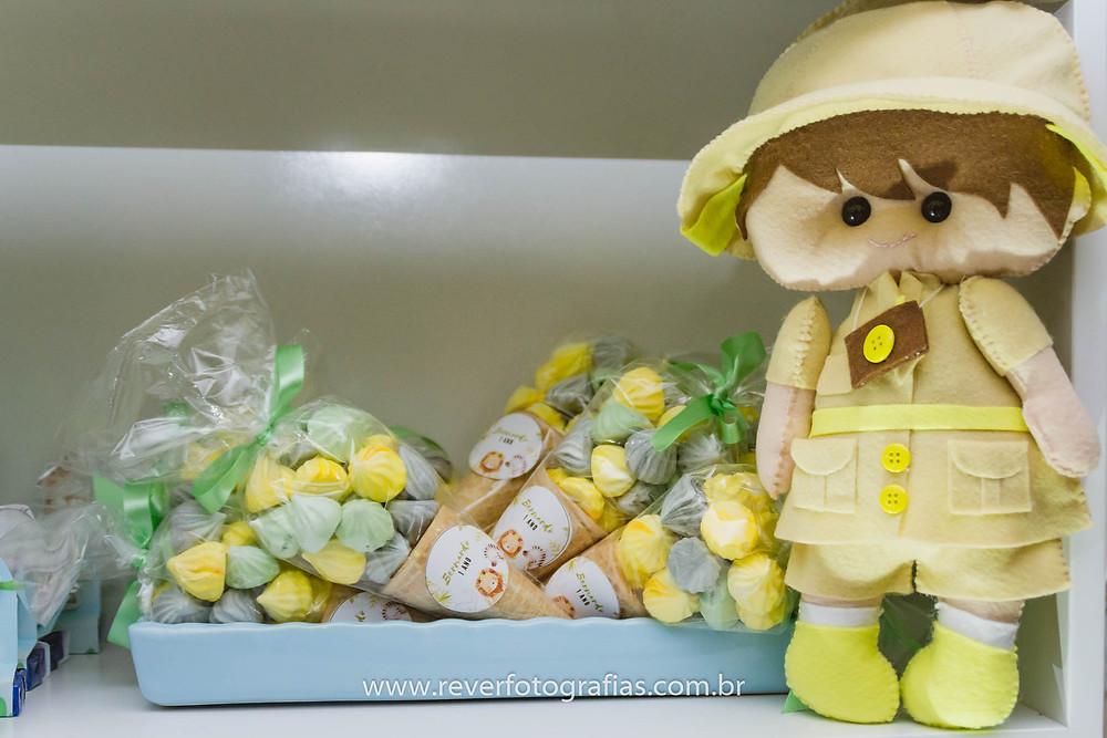 fotografia de boneco de feltro com tema safari e doces
