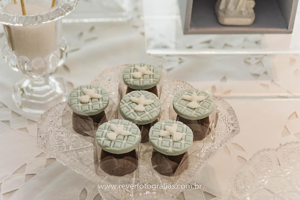trufas de chocolate personalizadas com pasta americana com tema pomba branca para batizado