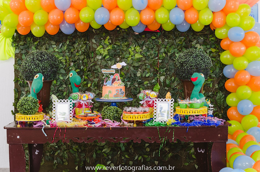 fotografia de decoração de festa infantil com tema dino