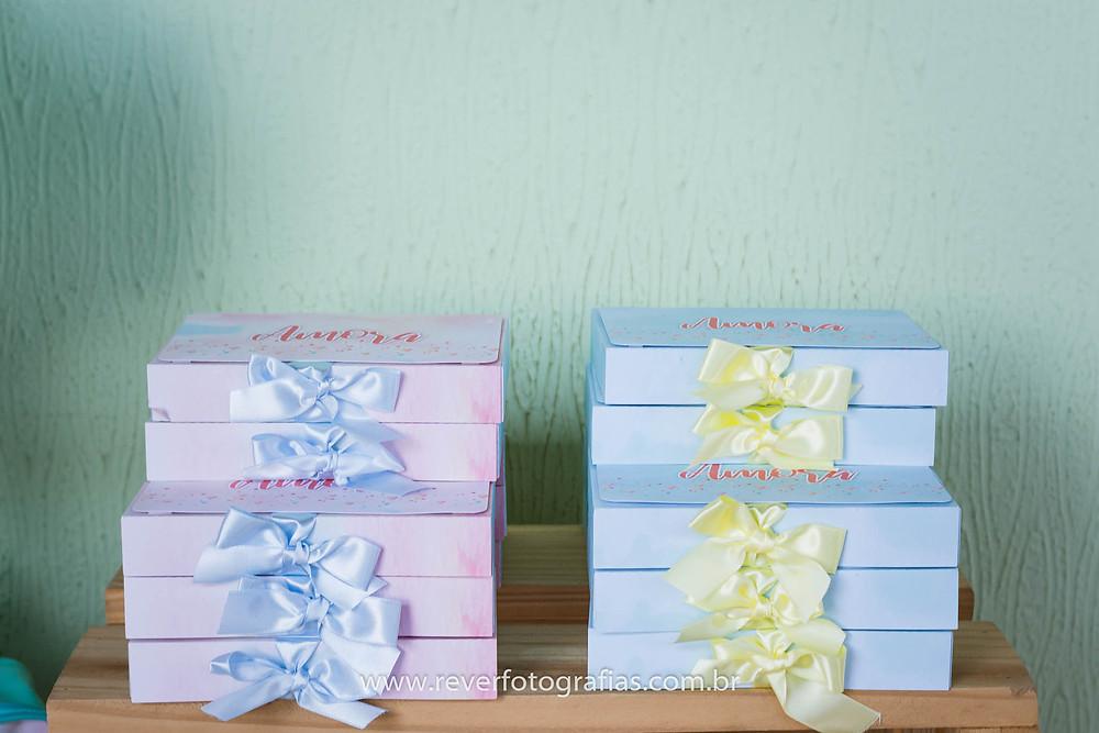 fotografia de caixa de decoração de festa infantil personalizada