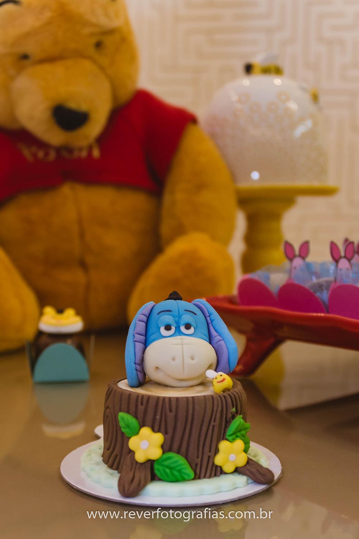 doce de festa em pasta americana decoraod com burrinho do ursinho pooh