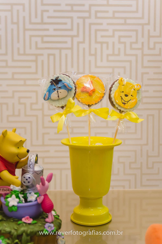 pirulitos de festa infantil decorados com tema ursinho pooh
