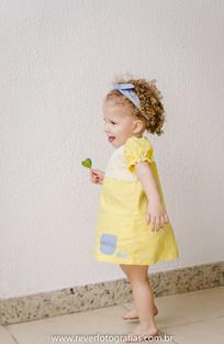 rever fotografias: foto do sorriso espontaneo de bebe dançando em sua festa de aniversário infantil de 2 anos com tema da boneca metoo realizada no salão de festas de condominio no bairro jardins na cidade de aracaju sergipe