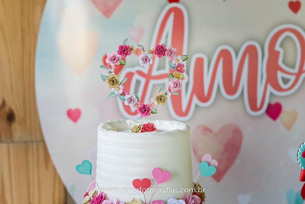 bolo de aniversario decorado com flores e corações
