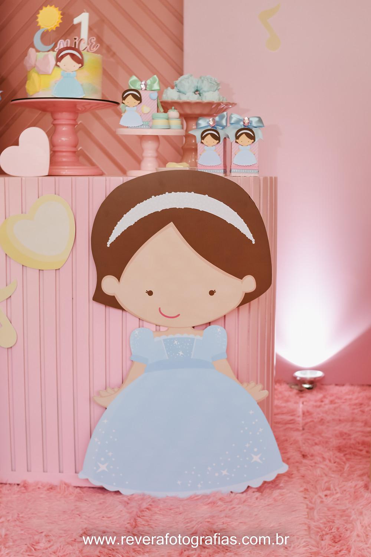 fotografia de totem de boneca em decoração de festa infantil
