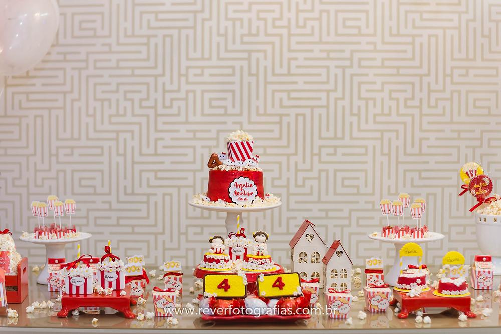 fotografia de decoração de festa infantil com tema pipoca