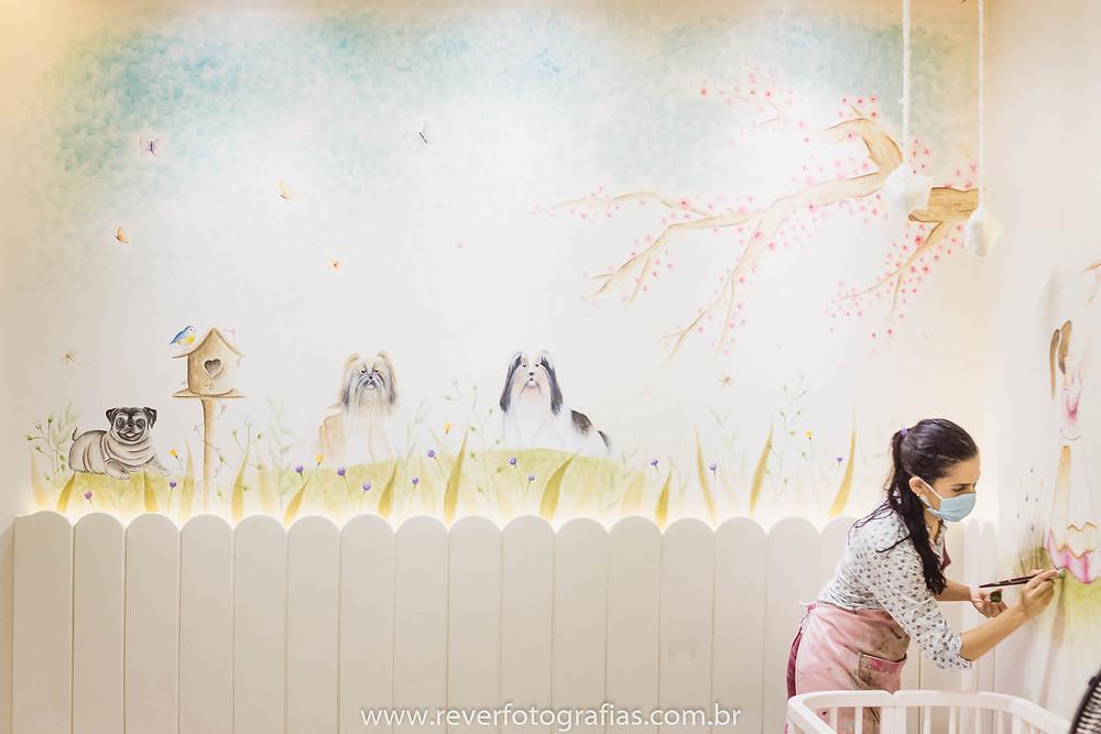 Rever Fotografias: artista pintando parede de quarto infantil em aracaju