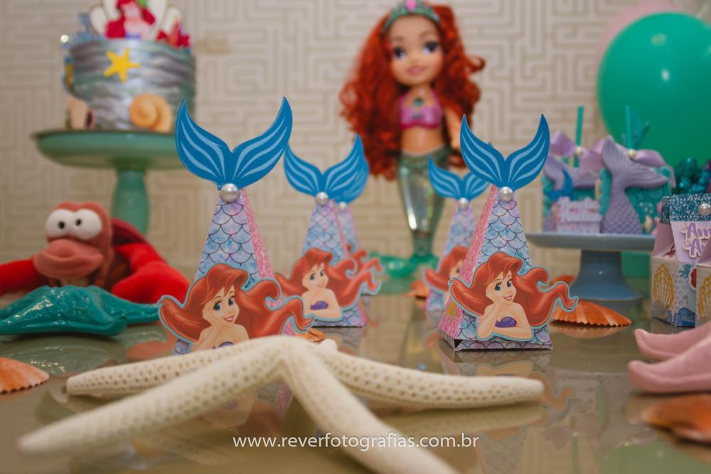 fotografia de decoração de festa infantil com tema princesa ariel
