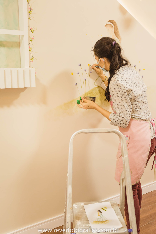Rever Fotografia: artista pintando parede de quarto infantil em aracaju