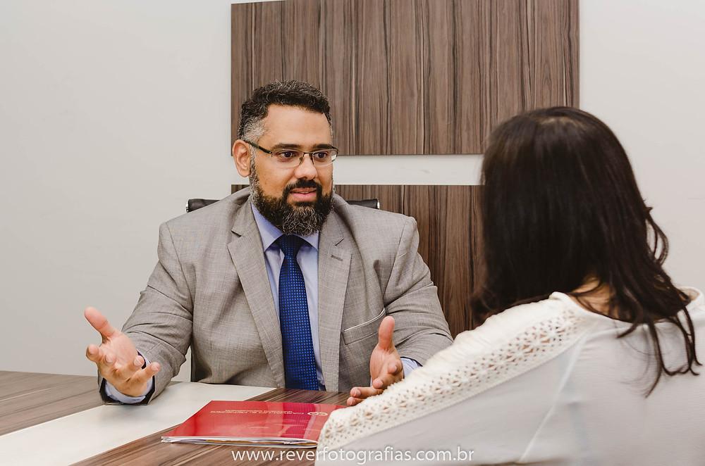 Rever Fotografias: advogado atendendo cliente em escritório em aracaju